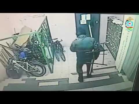 Мужчина украл скамейку из подъезда и продал за 100 рублей