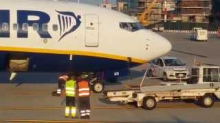 preview picture of video 'Luggage destruction in Bergamo airport IN RYANAIR SHARE ! SHARE !'