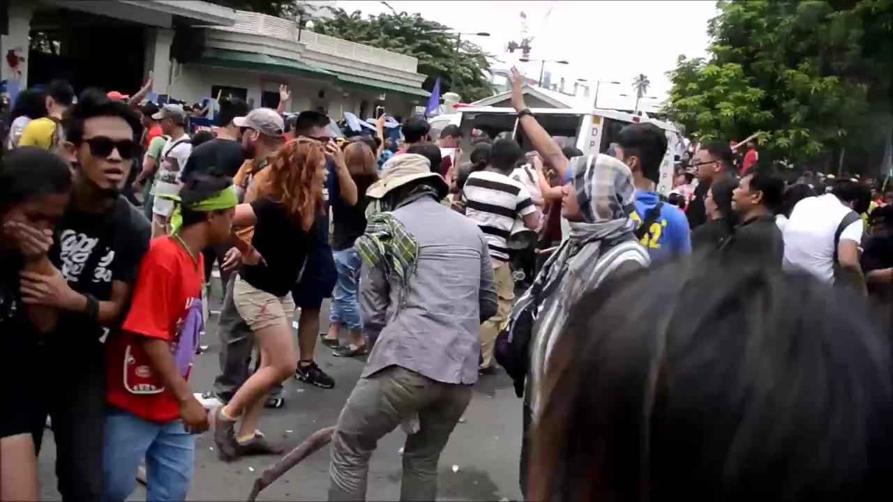 В Маниле у посольства США фургон полицейского спецназа протаранил толпу людей