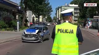 Roztrzaskany radiowóz policji w centrum Sanoka. Obława za mężczyzną, który ranił nożem kobietę