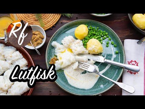 Hur du lagar lutfisk i ugnen. Vanligt är att servera med vit sås - även kallad Bechamelsås, svartpeppar eller kryddpeppar, skirat smör, grov senap, kokt potatis och gröna ärtor.>