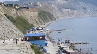 Анапа: каменистый пляж и очистные сооружения на берегу у моря