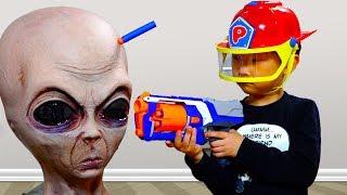 외계인이 예준이 집에 나타났다! 3탄 에일리언 인형과 한판 승부 상황극 전동 자동차 뽀로로 소방관 장난감 놀이 Alien VS Pororo Kids Car Video