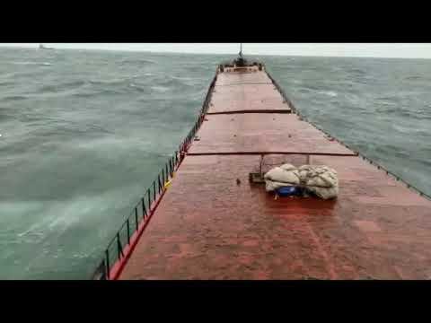Τελευταία δευτερόλεπτα πριν κοπεί Ουκρανικό φορτηγό πλοίο και βυθιστεί