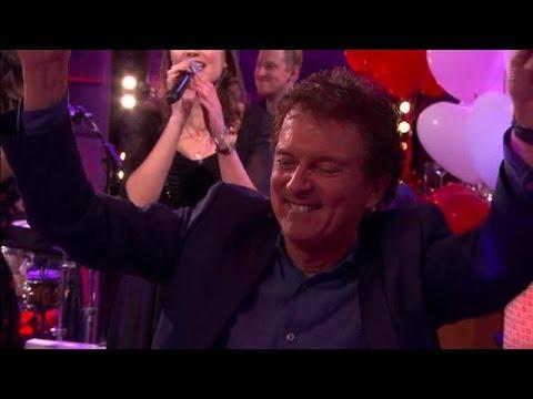 Dochters Robert ten Brink zingen 'All You Need Is  - RTL LATE NIGHT