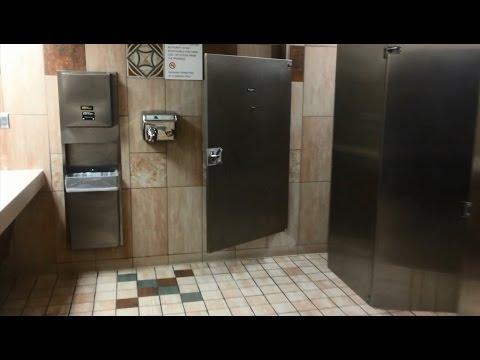 アメリカのトイレ事情、ドアが小さい・隙間が大きい理由とは - YouTube