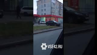 Парковка автолюбителя на газоне возмутила кемеровчанку/VSE42.Ru