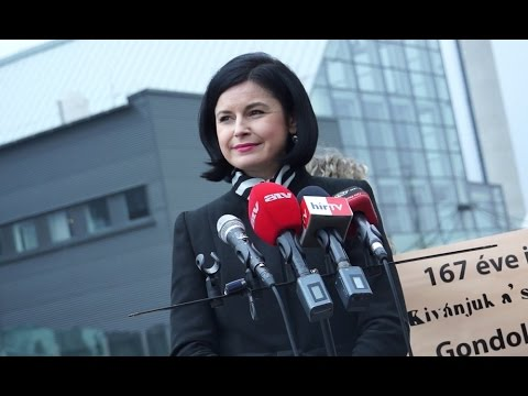 A műsorstruktúra átalakítása miatt tiltakozott az MSZP az MTVA székháza előtt