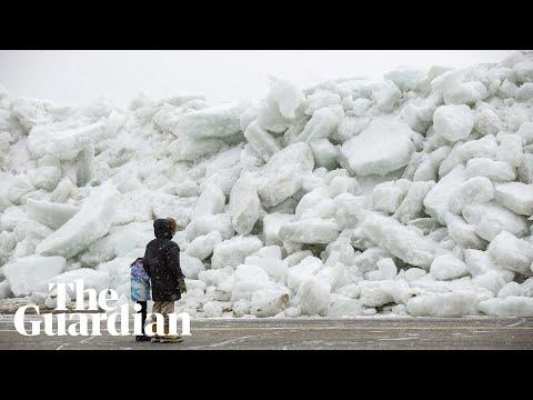 Hurja jäinen tsumani iskee rantaan – Jäälohkareet lentelee!