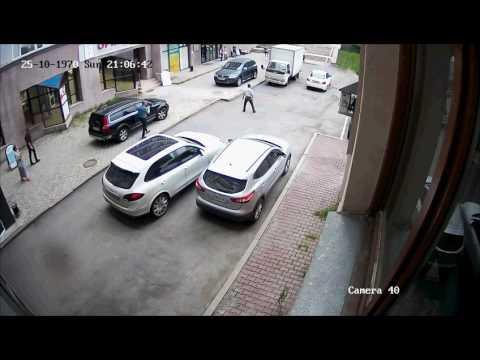 Женщина не справилась с управлением на парковке