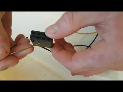 Autoradio ISO Stecker Kabel ausbauen - Klemme heraus ziehen
