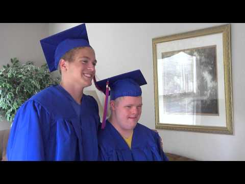 Ver vídeo Teen invites twin brother with Down Syndrome to share the stage at graduation