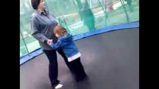 Как научить ребёнка прыгать на батуте