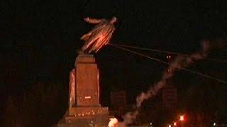 Ukrainian protesters topple Lenin statue in Kharkiv - no comment