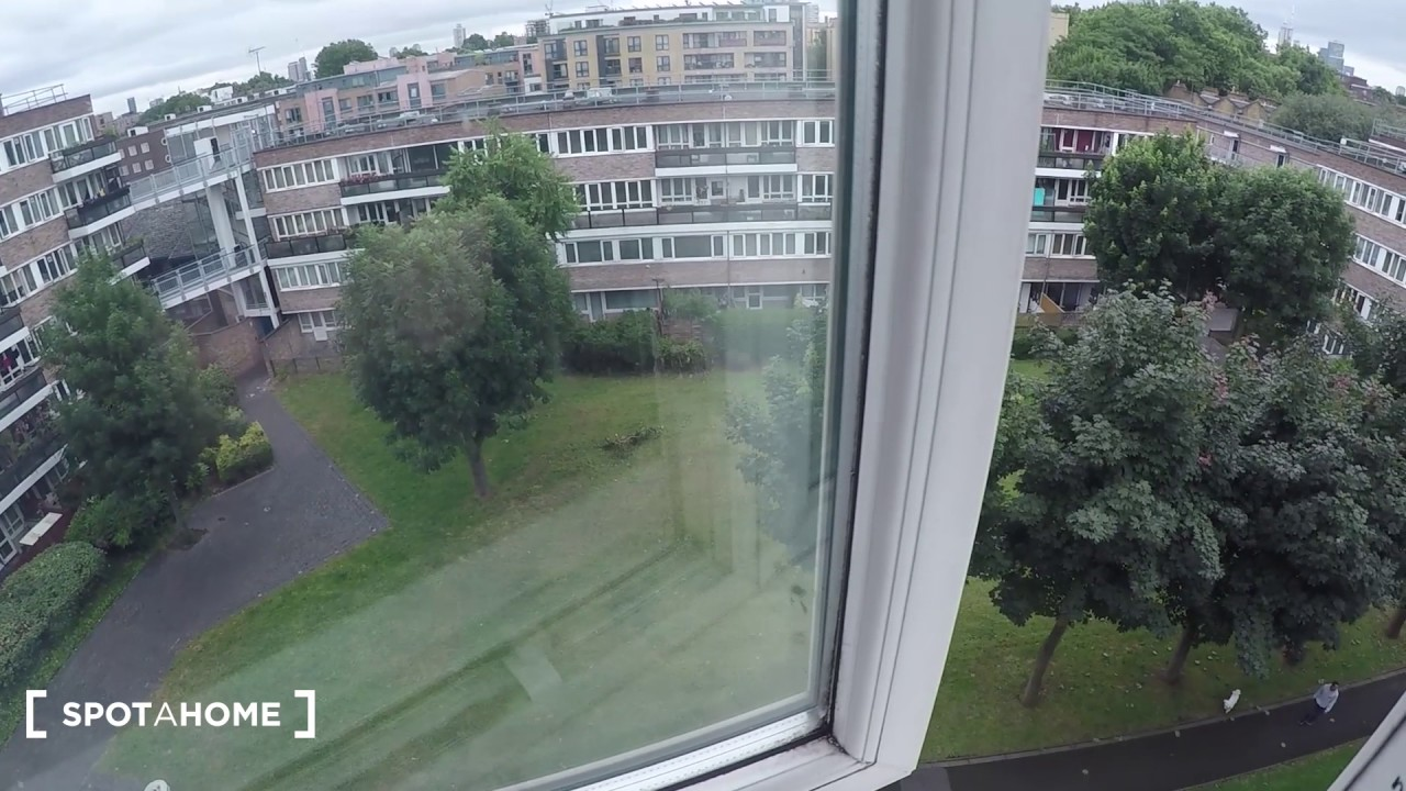 Room to rent in 3-bedroom flat with balcony in Tower Hamlets area