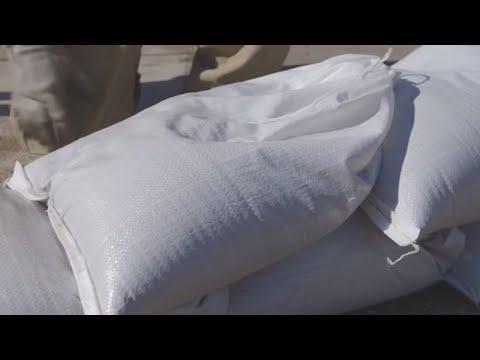 ¿Sabes cómo acomodar los sacos de arena para evitar inundaciones en su vivienda?