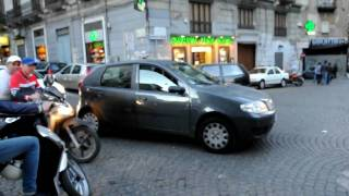 preview picture of video 'Crazy intersection in Napoli'