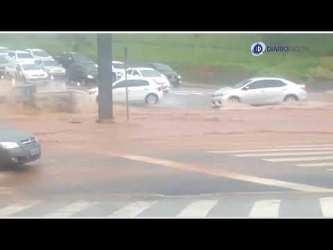Trecho da avenida Alberto Andaló ficou alagado após pancada de chuva na tarde de quinta