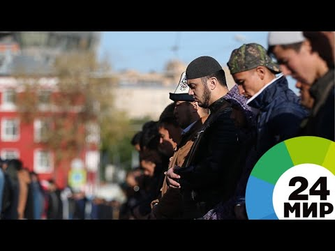 Молитвы под солнцем: в Москве тысячи мусульман отмечают Курбан-байрам