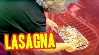 Cocinando Con La Viejilla #1 (Lasagna) | Rosa y Jaime