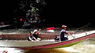 preview picture of video 'Ekstrem.. Perahu Bupati Malinau jumping lewat jeram...'