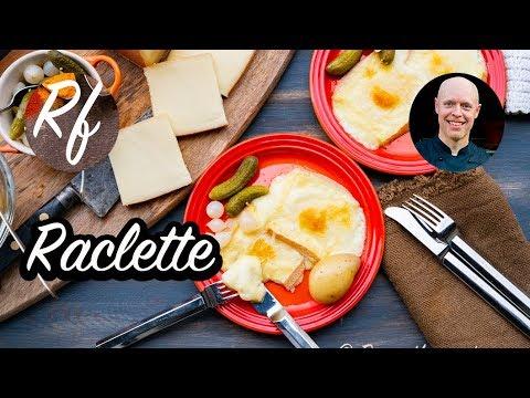Bjud på raclette till förrätt eller huvudrätt. Tips på tillbehör och tillagning.  Här har jag lagat och gratinerat raclette-osten i ugnen under grillen samt serverat som en förrätt med kokta potatisar, cornichons - inlagda smågurkor - samt syltlök.>