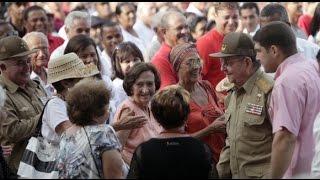 preview picture of video 'Raúl Castro con las clandestinas de la Revolución Cubana'