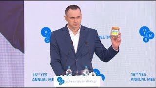 Сенцов передав Зеленському символічну банку. Виступ на YES