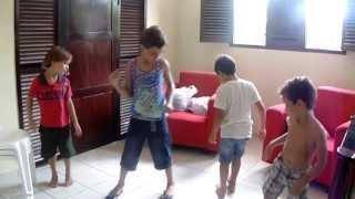 """Crianças Dançando Música De """"Sandy E Junior - Little Cowboy""""  23.01.2014"""