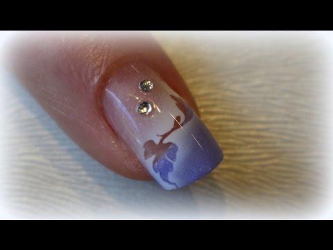 Gribok des Nagels auf dem Finger der Beine
