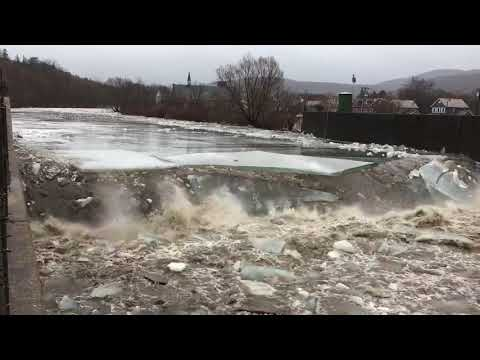 Ice jam breaking up  – 981701