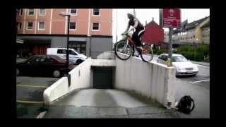 Смотреть онлайн Как делать на велосипеде прыжок в длину