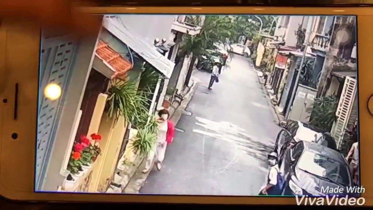 Грабители на мотоцикле вырвали из рук у женщины собаку