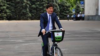 Байбек прокатился на новом велосипеде в Алматы
