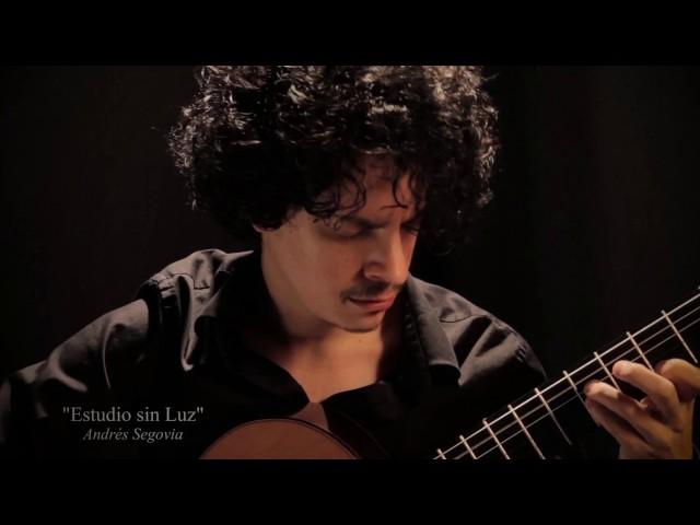 Alí Arango, ganador del Certamen Segovia 2017, con su guitarra Alhambra modelo Vilaplana serie NT
