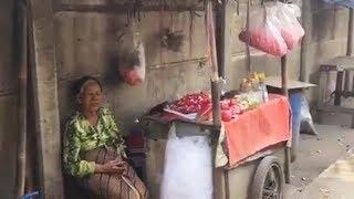 Demi Penuhi Kebutuhan Sehari-hari, Wanita Tua Ini Rela Jualan Kembang