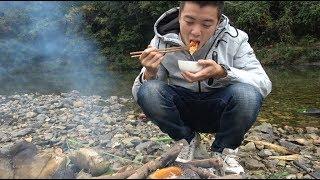 欢子TV:小伙煮饭连锅都没有,只能用南瓜煮饭吃 【欢子TV】