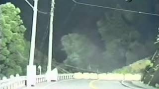 Разрушение дороги оползнем - Видео онлайн