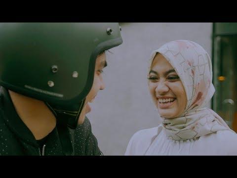 Dengarkan Dia - Teman Tapi Menikah (Official Music Video)