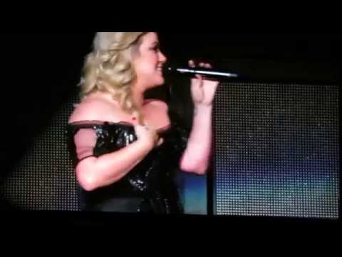 Kelly Clarkson announces pregnancy, tries to sing Piece by Piece while crying