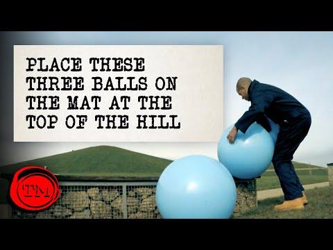 Umístěte gymnastické míče na podložku na kopci