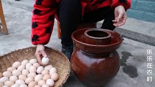 做咸鸡蛋啦,妈妈这个做法用了十几年,不是很咸而且出油率高哦!