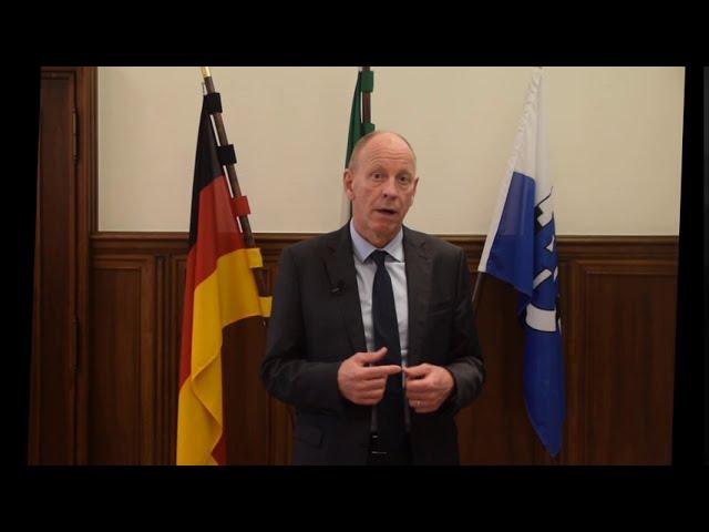 Oberbürgermeister Bernd Tischler spricht im Rathaus über ein Video zu den Bürgerinnen und Büergern.