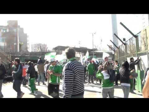 """""""la banda 100 % caballito entrando al templo ferro vs atl.tucuman 18-8-2013 (2a0)"""" Barra: La Banda 100% Caballito • Club: Ferro Carril Oeste"""