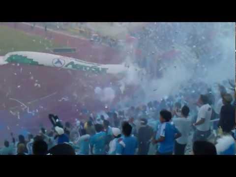 """""""Hermoso Recibimiento al CLUB AURORA frente a NACIONAL del Paraguay en la COPA SUDAMERICANA 2011"""" Barra: Los Califachos 14 • Club: Aurora"""