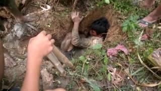 فيديو غريب لشاب يحفر الأرض ليقوم بإصطياد شيء غريب … شاهد !