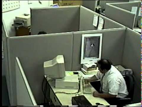 Mann rastet aus und zerstört Computer