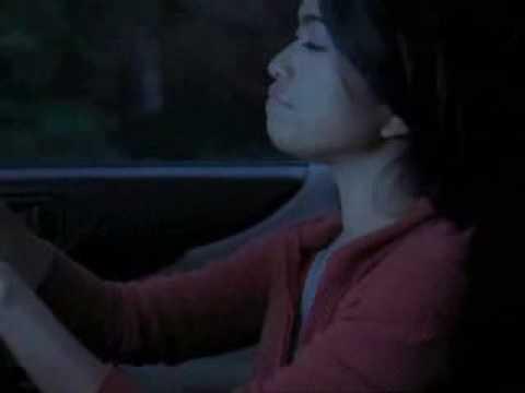 Ciemną nocą na drodze