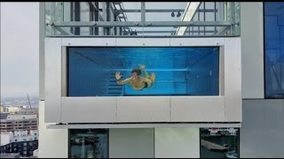 Стеклянный бассейн на высоте 300 метров/Кейси Нейстат на русском
