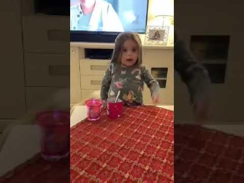 ילדה קטנה ומצחיקה מסבירה איך להתנהג בזמן משבר הקורונה